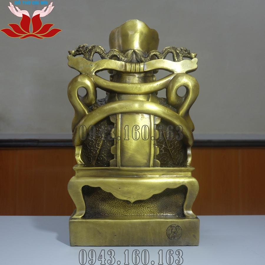 Chi tiết hình ảnh tượng Thần Tài ôm thỏi vàng mặt sau