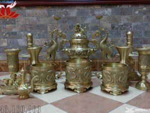Bộ đồ thờ 14 món đỉnh đồng đúc nổi hình song long chầu nguyệt – Màu vàng mộc